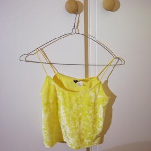 Ett gult croppat linne i krossad sammet, använd endast ett fåtal gånger! Möts gärna upp i Stockholm annars är det 36 kr frakt :)