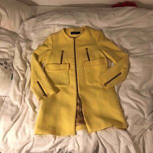 Klargul kappa ifrån Zara, använd några få gånger. Passar både xs och s. Kommer doneras bort om den inte säljs inom några dagar.