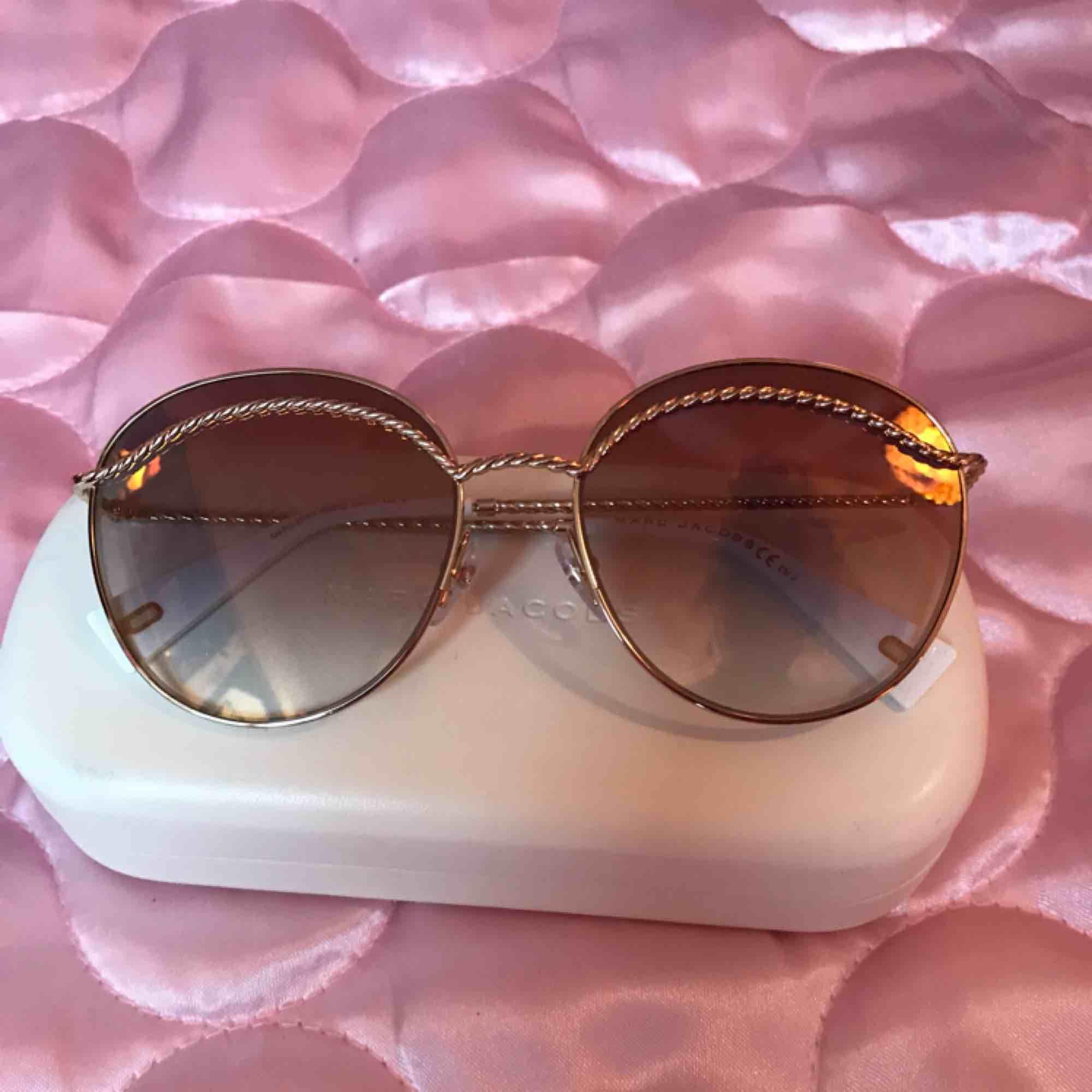 Helt oanvända Marc Jacobs solglasögon (modell MARC253S) Nypris ca 1800:- (Nordström)  DMa för köp! ⭐️✨ Xoxo  . Accessoarer.