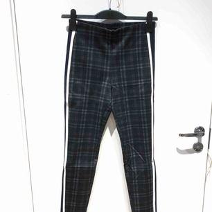 Rutiga leggings-byxor med vita revärer från Zara. Använda ett fåtal gånger.  Köparen står för frakt