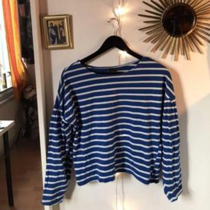 Säljer vidare denna blå randiga tröja.