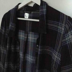 Säljer en lite tunnare skjorta ifrån Laura Clement. Skjortan är rutig och har en mörkblå grund färg. Är i storlek 44 och passar en S, M eller L beroende på hur man vill ha den :). Helt ny och oanvänd!