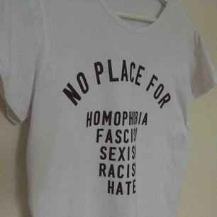 """Säljer en bomulls t-shirt med motiv på framsidan. Motivet leder """"No place for homophobia, fascism, sexism, racism, hate"""". Väldigt fin och trendig! Passar storlek S och kan passa M. Aldrig använd!"""