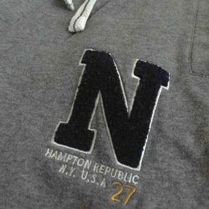Säljer ett par mjukisbyxor från Hampton Republic! Tror att de är i storlek S, passar nog de som är 165 cm och kortare. Aldrig använda och har fina detaljer! Köpta för 200 kr :).