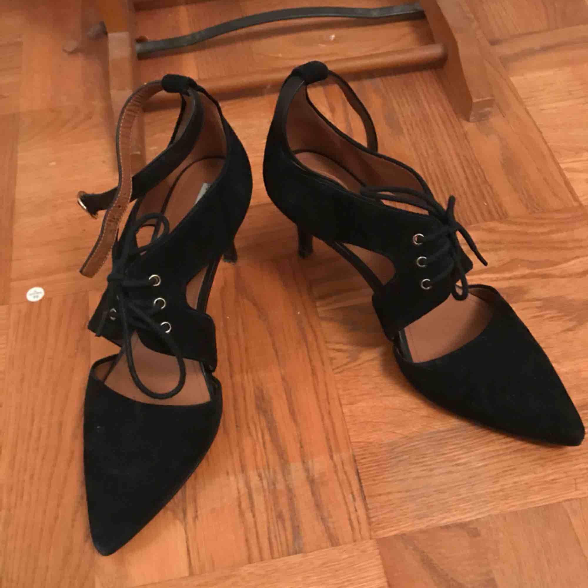 Super fina fin-skor från & Other Stories! Har använts 2 eller 3 gånger, så är lite slitna undertill. Men annars är skorna som nya! . Skor.