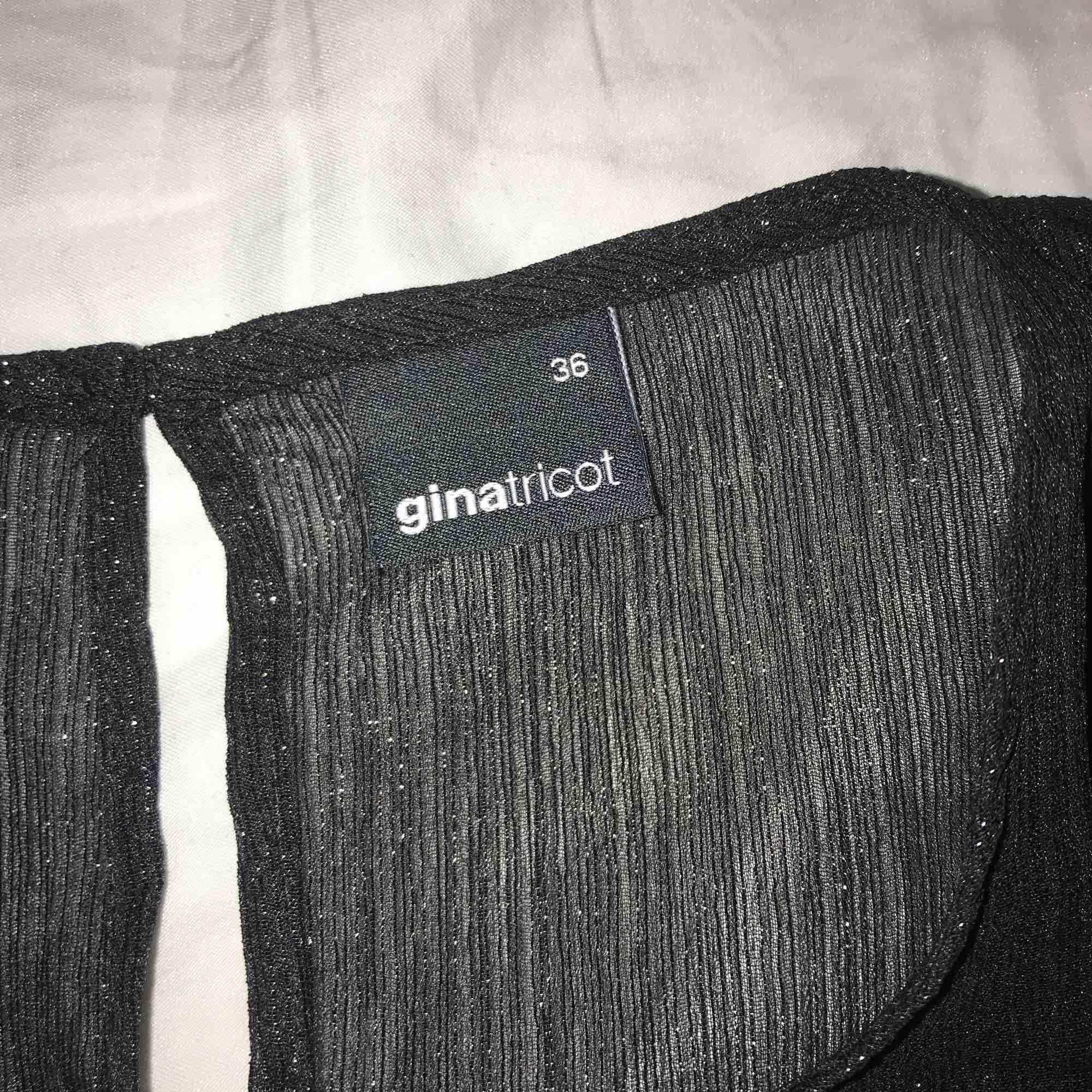 En fin glittrig och lite genomskinlig tröja från Gina Tricot. Storlek 36/S. Aldrig använd. Blusar.