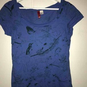 Superfin blå t-shirt med djurmotiv! Endast provad, strl 36/S😊