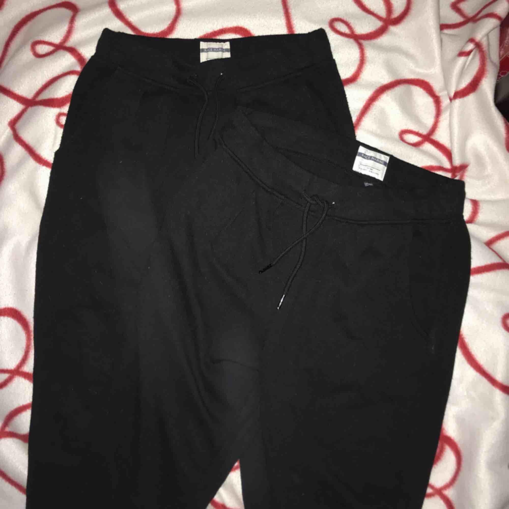 Supersköna sweatpants/mjukisbyxor från Race Marine, 2 par i strl 38 och 40. 100kr/st eller båda för 150kr😊. Jeans & Byxor.