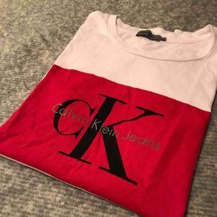 Fräsch t-shirt från Calvin Klein i storlek S, knappt använd! Köpt för 499kr och priset är inklusive frakt!🌸 betalning via swish!