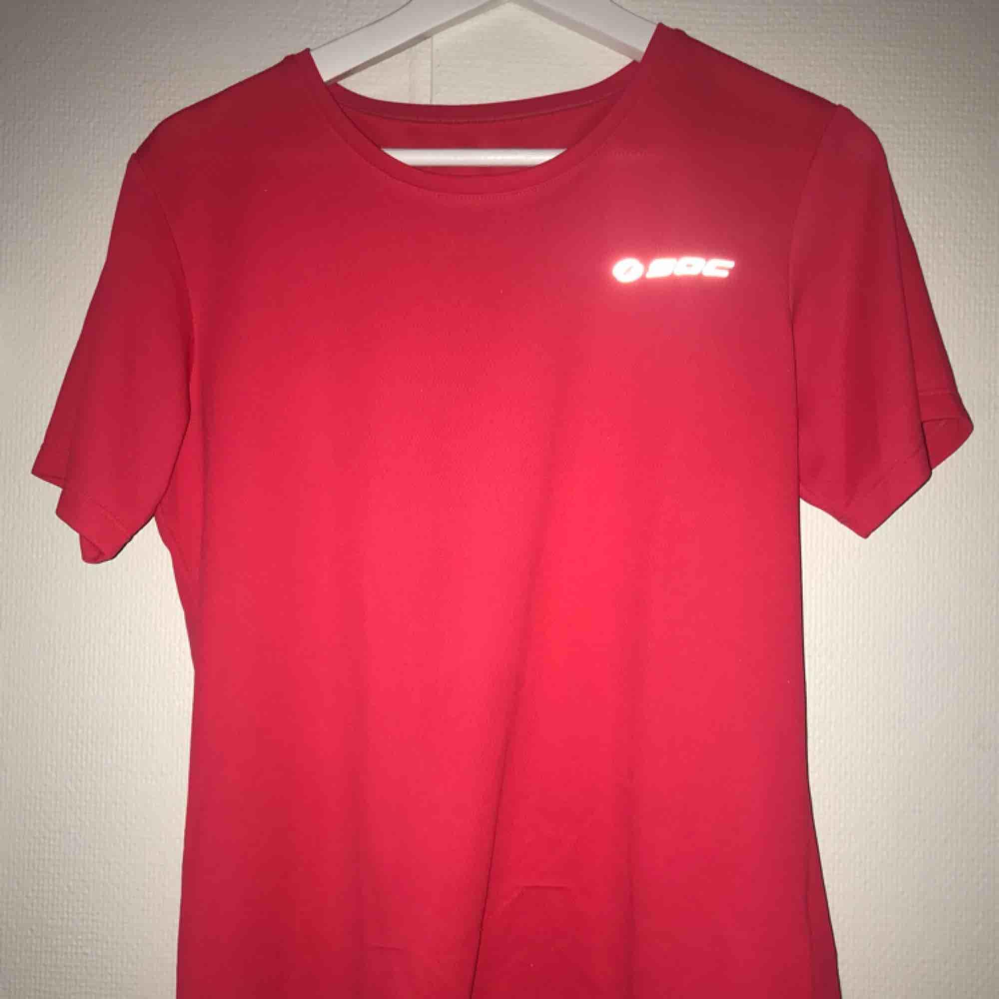 Supersnygg träningströja från Soc! Endast provad, strl 38😊. T-shirts.