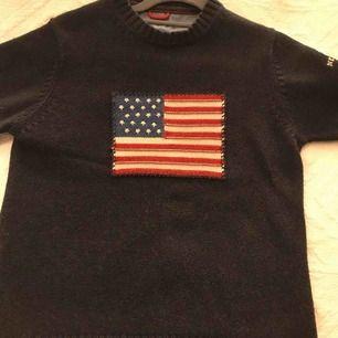 Marinblå stickad herr tröja från Gant med vitt märke på armen (se bild) fint skick köparen står för frakten✨