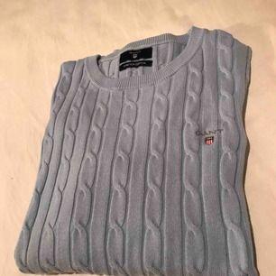 Fin kabelstickad tröja från Gant, använd ett fåtal gånger och köpt för 1199kr!🌸 priset är inklusive frakt, betalning via swish!