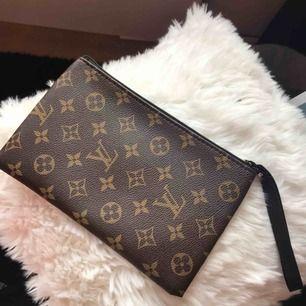 Superfin plånbok/necessär med Louis Vuitton-motiv, ej äkta😊