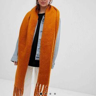 Stor och mysig halsduk från weekday, aldrig använd då jag aldrig använder halsduk. Samma modell som första bilden fast i svart/vit/grå