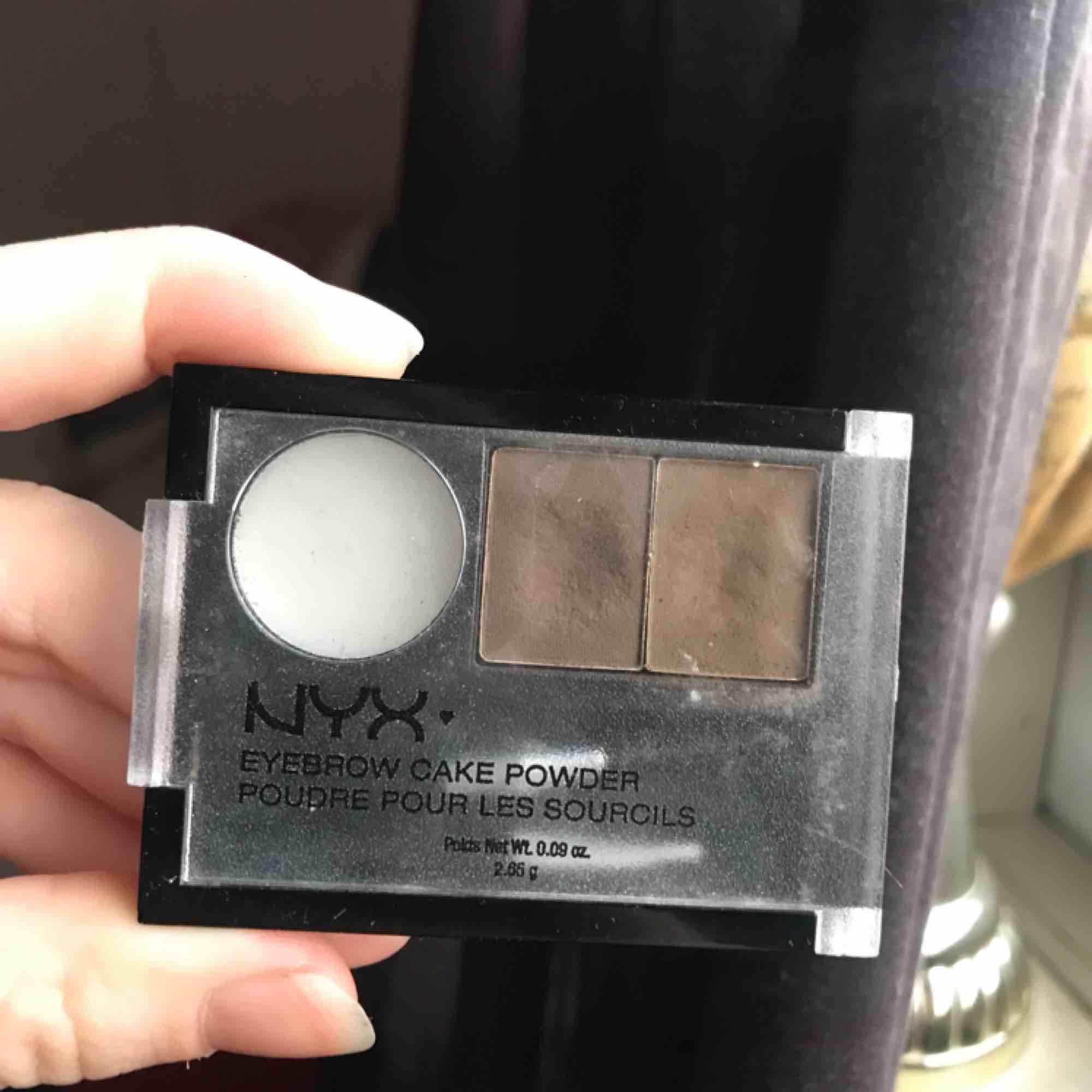 Säljer Nyx ögonbrynspuder för blont/brunt hår med tillhörande appliceringsborstar, i en liten och smidig förpackning att ta med. Har använt väldigt lite för att testa som ni ser på bilden. 50kr😊 . Övrigt.