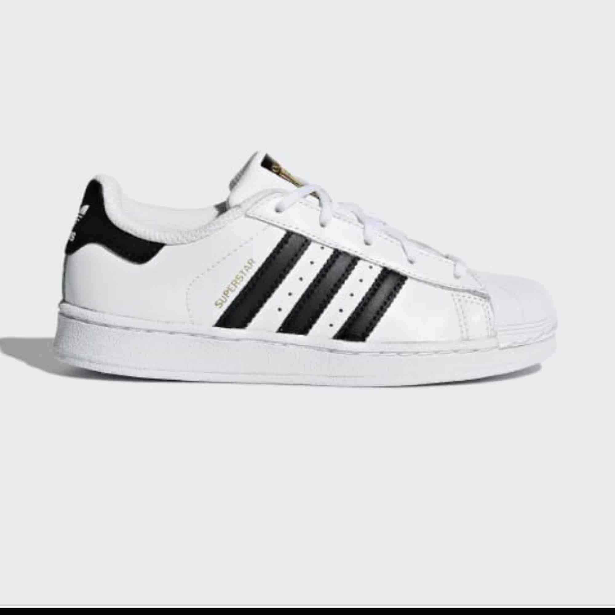 Adidas superstar i fint skick, men använda en del! Smutsiga men går att tvätta. Super najs med ett par simpla skor!  Frakt tillkommer . Skor.