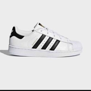 Adidas superstar i fint skick, men använda en del! Smutsiga men går att tvätta. Super najs med ett par simpla skor!  Frakt tillkommer