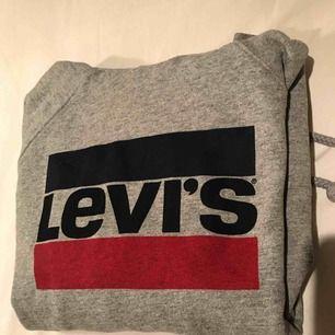 Hoodie från Levis i storlek XS men passar mig som har S, inte alls mycket använd och i fint skick! Köpt för 699kr🌸 priset är inklusive frakt och betalning sker via swish☺️