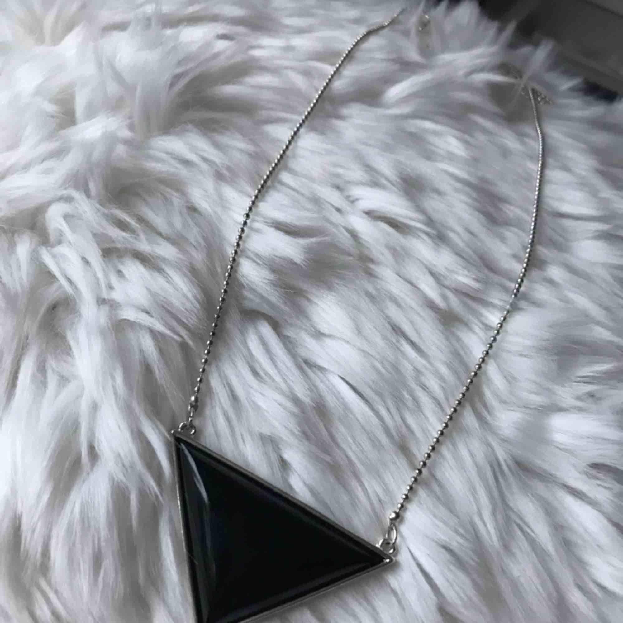 Superfint halsband i silver, oanvänt!😊. Accessoarer.