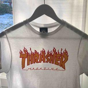 Vit Thrasher tröja, storlek S. Sitter som en S/M T-shirt. Använd typ 1 gång så den är som i nyskick, säljer den pga att de inte inte riktigt är min stil. Frakt ingår INTE.
