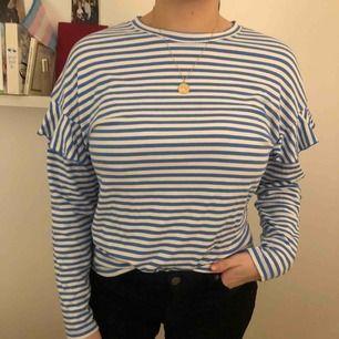 Långärmad randig t-shirt med volangärm