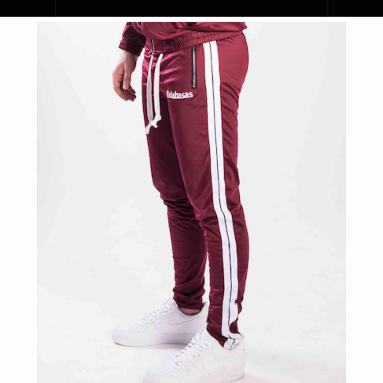 Säljer mina byxor från märket GRWTH dessa är helt slutsålda och kommer inte komma tbx i lager någonsin igen. . Jeans & Byxor.