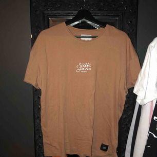 Olika t-shirts från olika märken köp alla för 250 eller en för 150 Den vita o bruna är S men oversize och den orangea är M