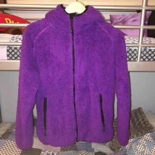Jättemysig hoodie i storlek M. Köpt för 499 kr på stadium, men använd en del därför lågt pris. Kan frakta men köpare står för frakten:))