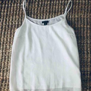 Vid fint fallande linne/blus, finns en mkt svag fläck (se bild 2) därför lågt pris, går säkert bort i tvätt. Använd en gång.