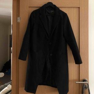 En super fin svart kappa som tyvärr är för liten för mig. Passar till många olika outfits och är jätteskön.