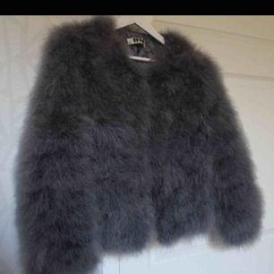 Grå fuskpäls jackan från DM retro. Väldigt skön och varm jacka, perfekt höstjacka.