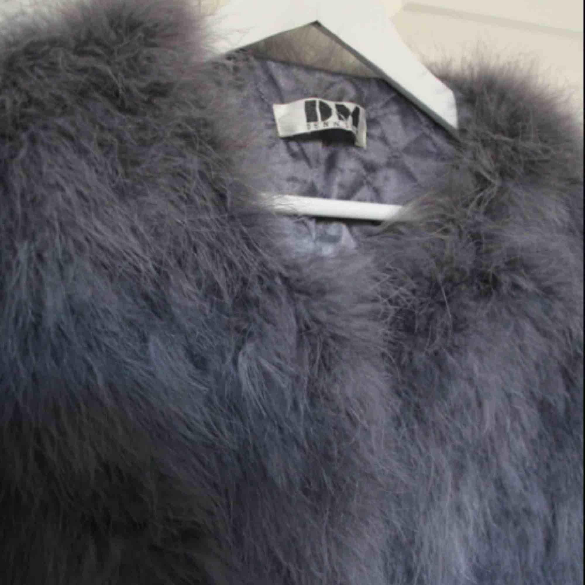 Grå fuskpäls jackan från DM retro. Väldigt skön och varm jacka, perfekt höstjacka. . Jackor.