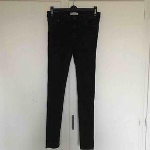 Jeans från Ginatricot i modell Lisa. Väldigt stretchigt och skönt material. Storlek 42. Fint skick!