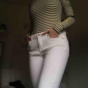 Vita mid Rise skinnyjeans från Rebel Jeans. Köpta för x antal år sen men sparsamt använda så därav i mycket bra skick :)) *Frakt inräknat i priset*
