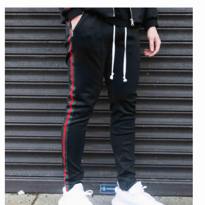 Säljer dessa sjukt snygga trackpants då dom tyvärr är för små! Kan skicka eller mötas upp i Norrköping . Jeans & Byxor.
