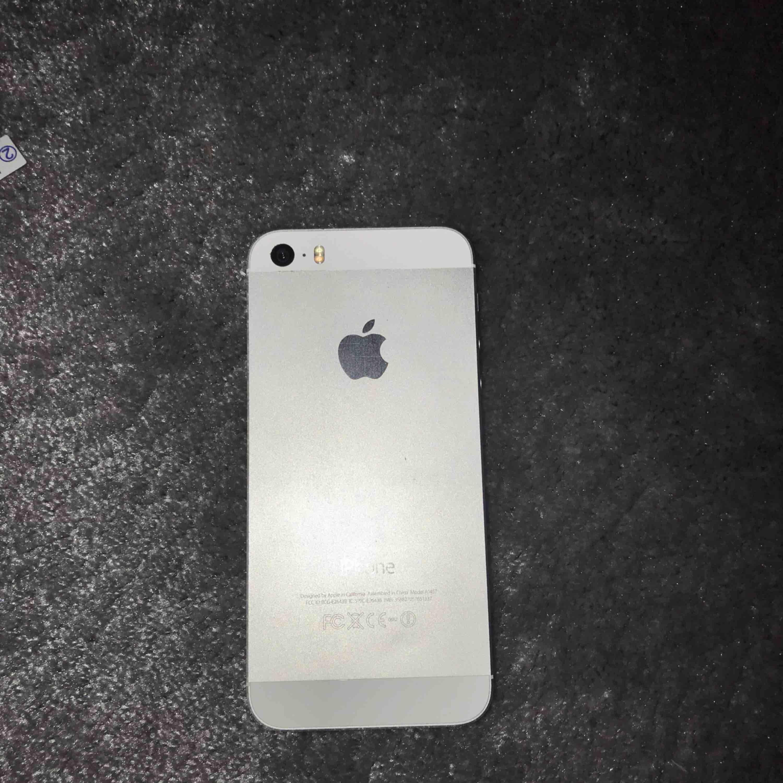 Vit iPhone 5s. Funkar som den ska men har några små sprickor i glaset. 3 stycket skyddsplast ingår även. Skriv för fler bilder eller mer information.. Övrigt.