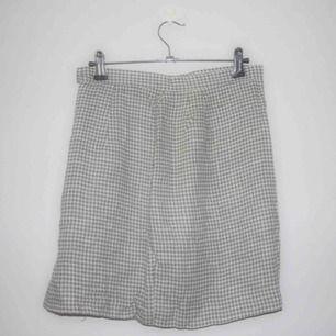 Ljusgrön och vit rutig vintage kjol i 65%viscose, 25%lin, 10%polyester. 72cm i midjemått och 45cm i längd. Knäpps i sidan med dragkedja och knapp. Köparen står för frakten på 56kr, kan även mötas upp på söder 🌸
