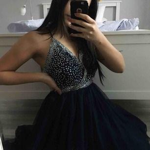 Säljer denna oanvända klänningen, köpt på ASOS förra året men hittar den inte längre på hemsidan. Skickar mer bilder för den som är intresserad. Passar perfekt till t.ex balen med ett par snygga klackar! Kan frakta men då står köparen för frakten🖤✨