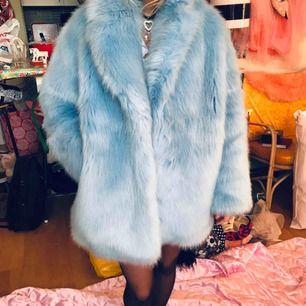 Baby blå fuskpäls från H&M trend använd endast några gånger. OBS endast avhämtning i Stockholm! för tung för att posta. Storlek 38. DMa för köp 💅🦋 xoxo