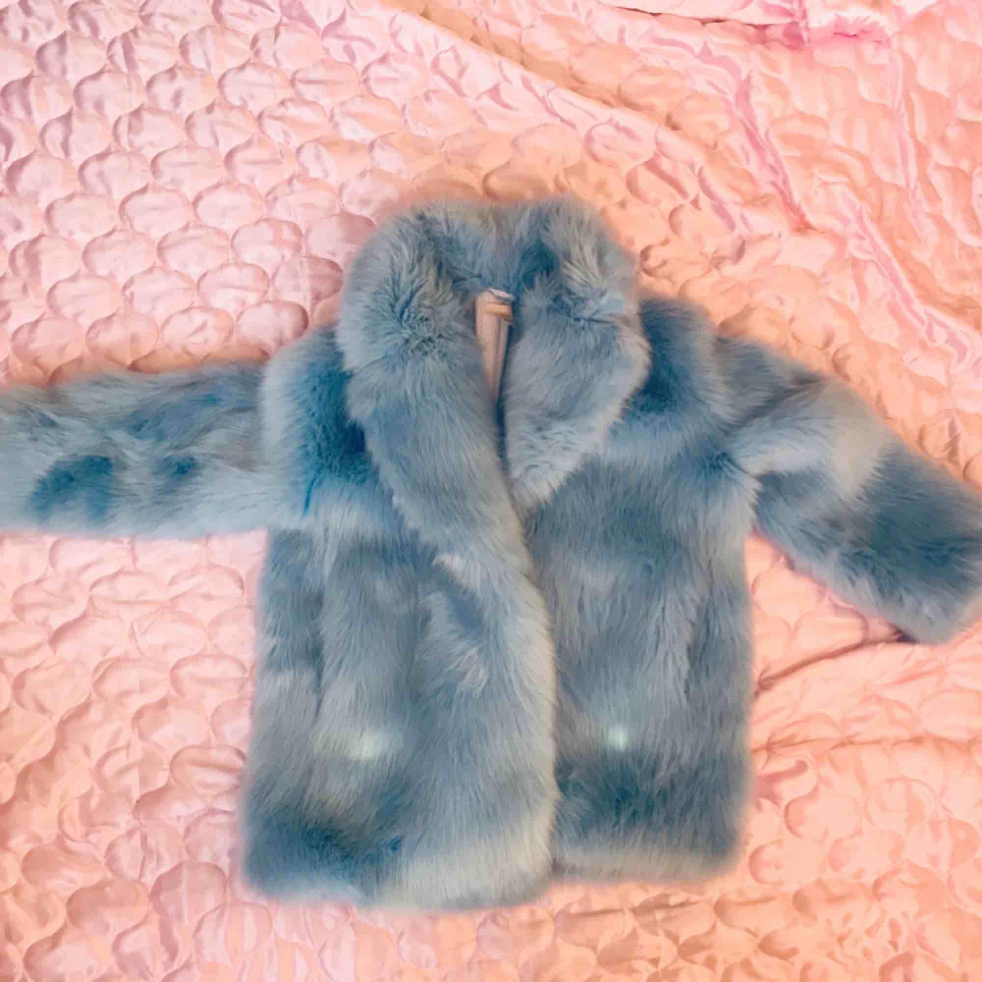 Baby blå fuskpäls från H&M trend använd endast några gånger. OBS endast avhämtning i Stockholm! för tung för att posta. Storlek 38. DMa för köp 💅🦋 xoxo  . Jackor.