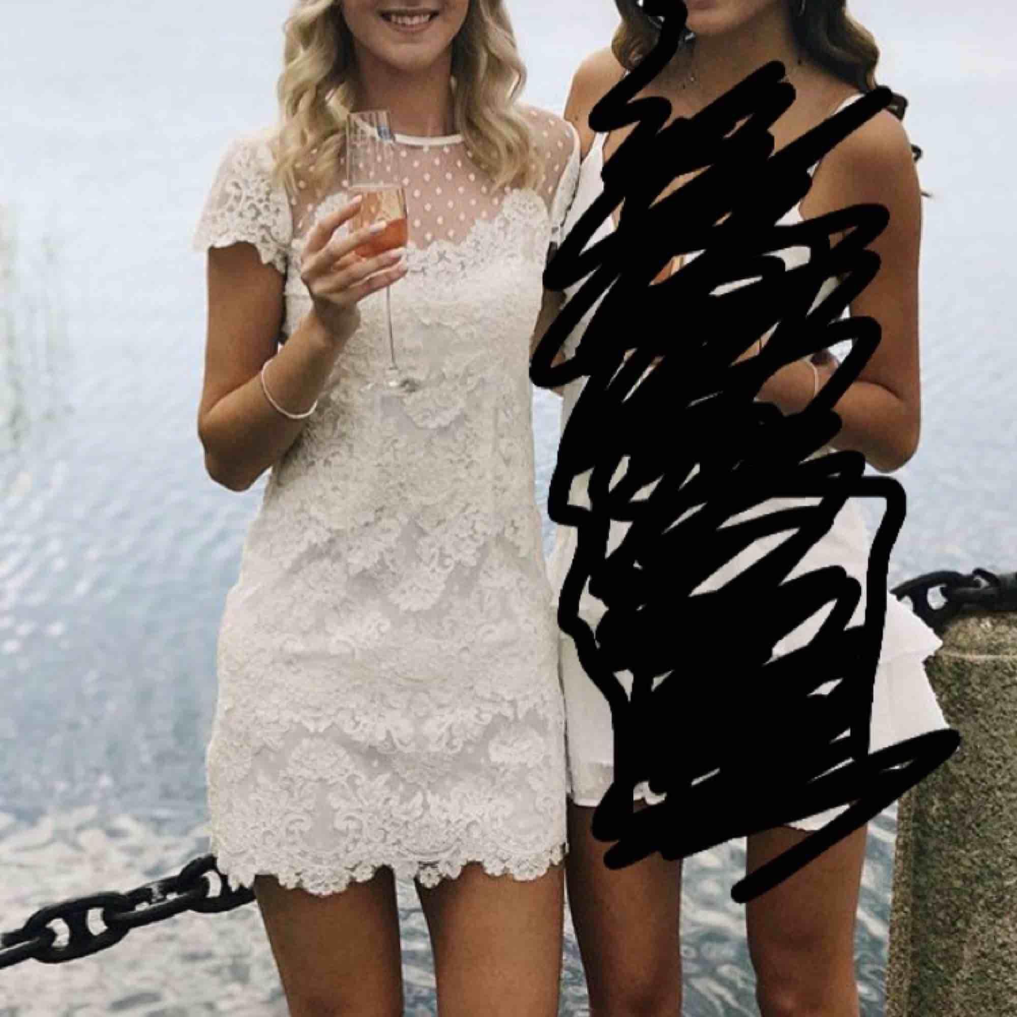 Superfin Ida Sjöstedt Paris klänning, använd vid två tillfällen men bara i några timmar. Säljer pga kommer inte till användning 😟 Kemtvättad så är i princip som ny!! Frakt ingår i priset 😁 Orginalpris: 2200 . Klänningar.