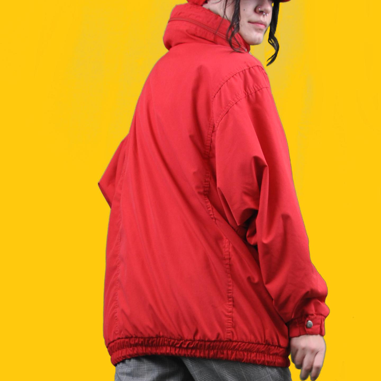 En skitsnygg röd annorak I storlek 42, har en instoppad luva man kan fälla ut, jättefin i färgen och i fint skick. Köparen står för frakten! Samfraktar gärna 👍😊. Jackor.