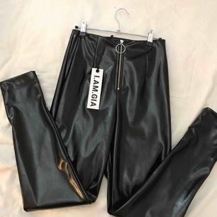 I.AM.GIA Winona pants, faux läder/vinyl högmidjade byxor. Köpta på Dollskill för ca 800kr (+frakt/tull). Helt slutsålda nu. Helt oanvända, endast testade.  Storlek: S
