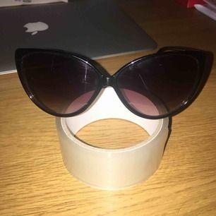 Solglasögon som säljes pga ingen användning. FRI FRAKT.