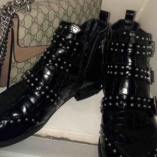 Säljer ett par trendiga och helt oanvända skor från River island med fina detaljer på, i storlek 40.   Köparen står för frakten🦋