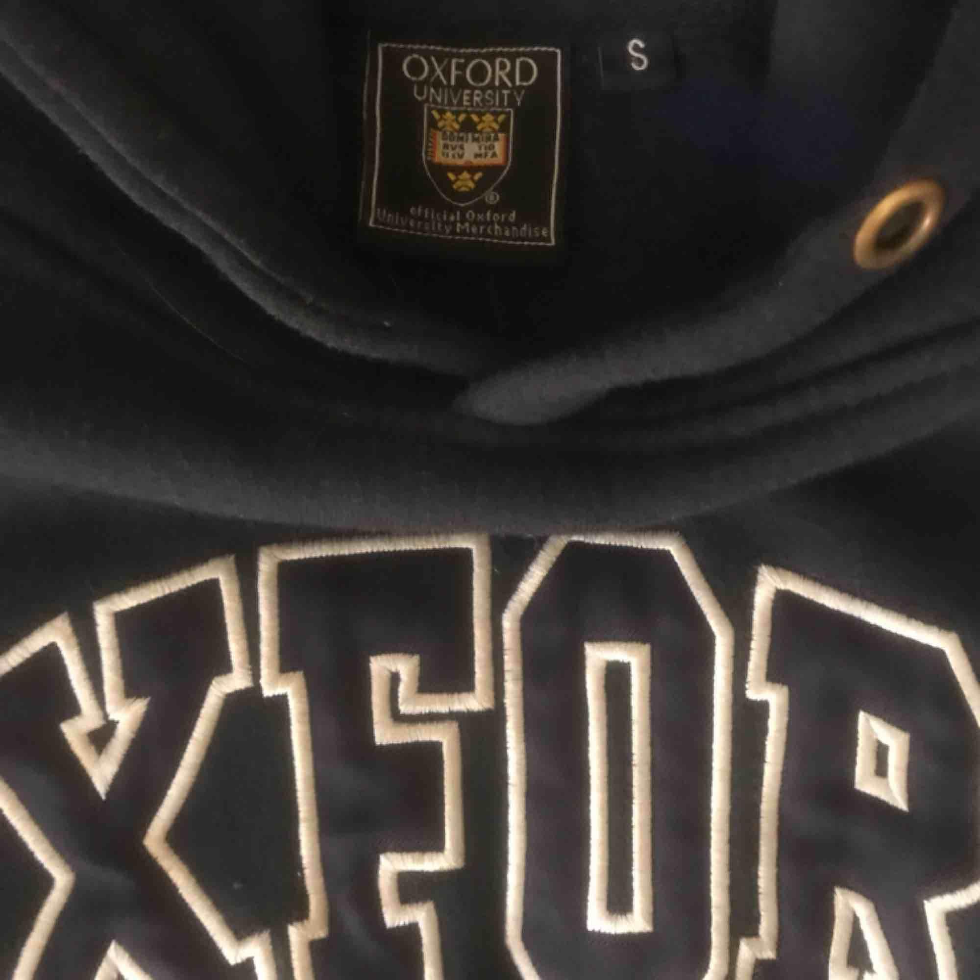 Mörkblå Oxford hoddie köpt i London . Huvtröjor & Träningströjor.