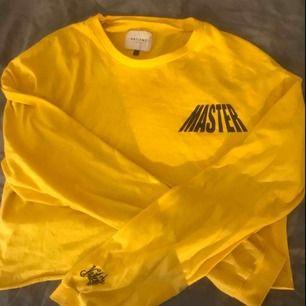 Skitsnyggg tröja från carlings, det är strl L men jag som är en S kan endå ha den eftersom jag har croppat av den men den är lång i ärmarna men tycker bara det är snyggt!