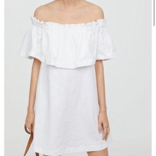 En vit fin off shoulder klänning i strl L men är mer som en M. Aldrig använd. Stryks såklart innan den skickas. 80 kr. Frakt tillkommer