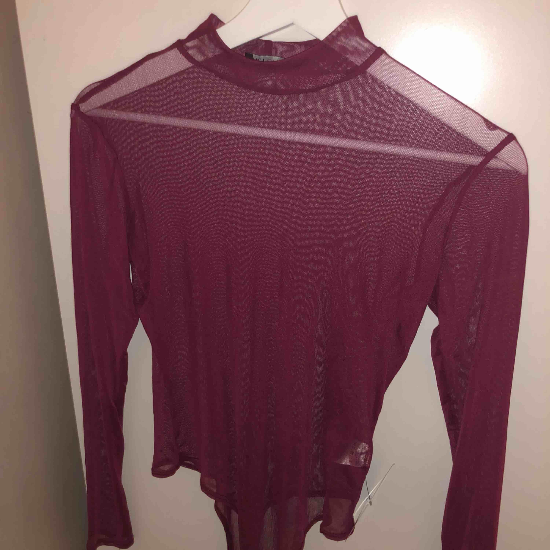 Väldigt fin mesh/see through body perfekt till fest🎊 Det är en string body som är lite högre i kragen. Den är helt oanvänd, lappen sitter kvar. . Toppar.