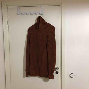 Stickad tröja från Weekday. Herrstorlek M, passar något större. Shysst waffle-knit i stark orange-röd. 👍
